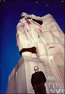 Olexiy Solohubenko standing in front of a huge statue of Lenin in 1991.