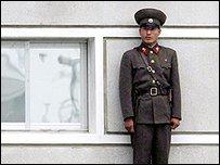 جندي كوري في قرية حدودية (10/06/09)