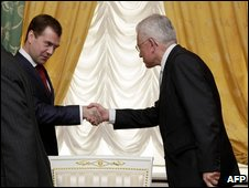 Russian President Dmitry Medvedev (C) shakes hands with Brazilian Minister of Strategic Affairs Roberto Mangabeira Unger, 29 May 2009