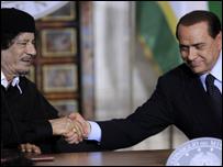 رئيس الوزراء الإيطالي يصافح الزعيم الليبي
