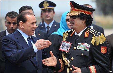 رئيس الوزراء الإيطالي كان في مقدمة مستقبل الزعيم الليبي في مطار روما