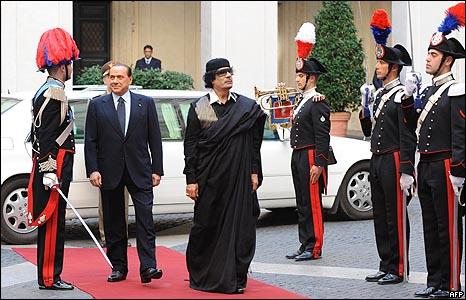 برلسكوني يستقبل القذافي