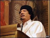 القذافي يلقي كلمة خلال زيارة ايطاليا