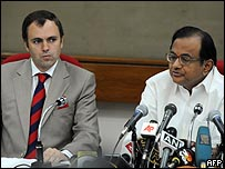 وزير الداخلية الهندي(يمين) ورئيس حكومة إقليم كشمير عمر عبد الله