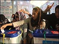 إيرانيات يدلين بصوتهن