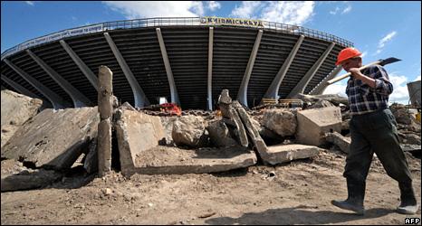 A worker walks past Kiev's Olimpiysky stadium (4 June 2009)