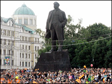 Statue of Lenin surrounded by Shakhtar Donetsk supporters
