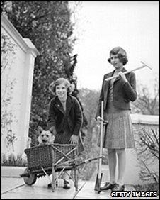 The Queen (r) gardening