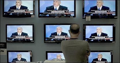 اسرائيلي يتابع خطاب نتنياهو من خلال واجهة احد المتاجر في القدس