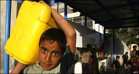 Boy carrying water, Khan Younis, Gaza (09.06.09)