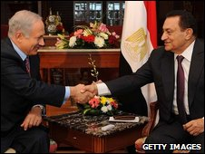 File photo of Israeli Prime Minister Benjamin Netanyahu (l) and Egyptian President Hosni Mubarak, 11 May 2009