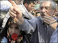 مير حسين موسوي وزوجته زهرة ناهرافارد وسط الانصار
