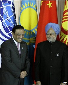 Pakistan President Asif Ali Zardari, left, and Indian Prime Minister Manmohan Singh, right, pose for a photo during a summit of the Shanghai Cooperation Organization in the Ural Mountains city of Yekaterinburg, Russia, Tuesday, June 16, 2009