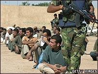 سجناء عراقيون قبل الإفراج عنهم بمناسبة أحد الأعياد