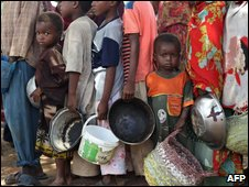 Internally-displaced people line up to receive food aid in Mogadishu on 16 June 2009