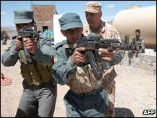 Afghan policemen receive training from a Czech Provincial Reconstruction Team in Logar province, Afghanistan (19 May 2009)