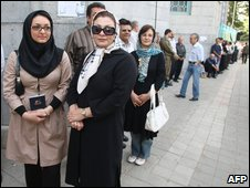 People queue to cast their votes in the Iranian election, Tehran (12 June 2009)