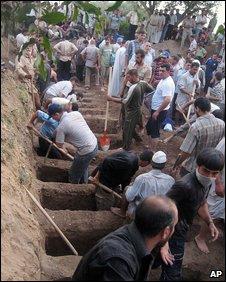 Men dig graves for victims of a bombing in Kirkuk, 20 Juen 2009