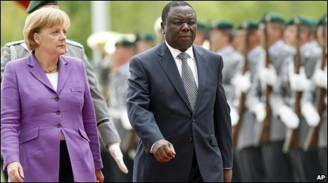 Angela Merkel and Morgan Tsvangirai inspect a guard of honour (15.06.2009)