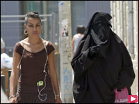 امرأتان تسيران في مارسيليا إحداهن مغطاة بالكامل بالسواد