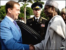 Nigerian President Umaru Yar'Adua (R) shakes hands with Russian President Dmitry Medvedev in Abuja on 24 June 2009