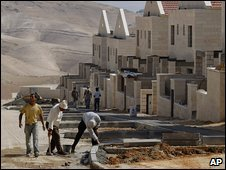 Workers construct a Jewish settlement at Maaleh Adumim near Jerusalem (9 June 2009)