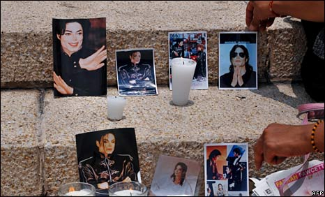 Tributes laid to Jackson at a square in Mexico City