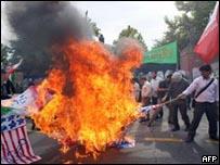 متظاهرون  يحرقون الأعلام البريطانية والأمريكية في طهران