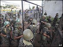 قوات الجيش تدخل المجمع الرئاسي