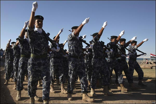 الانسحاب الامريكي من المدن العراقيه بالصور _45989022_iraqcelebrationarmy600