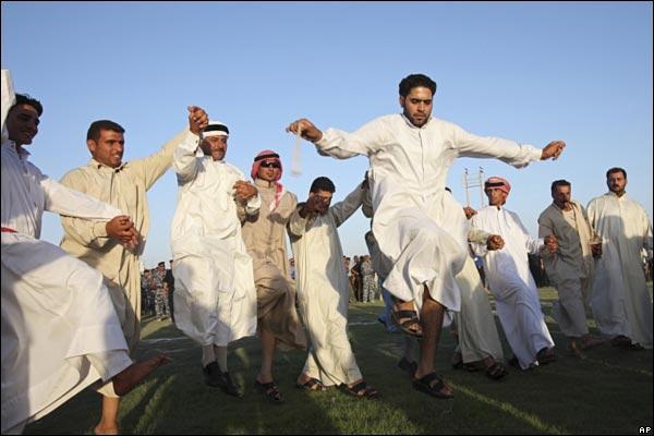 الانسحاب الامريكي من المدن العراقيه بالصور _45989023_iraqcelebration600