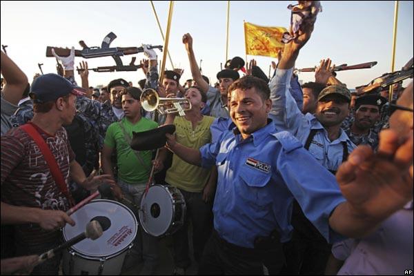 الانسحاب الامريكي من المدن العراقيه بالصور _45989025_iraqcelebrationdrums600