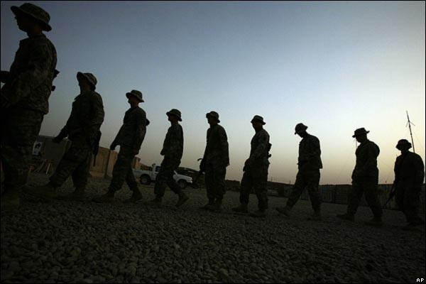 الانسحاب الامريكي من المدن العراقيه بالصور _45989028_iraqcelebrationline600