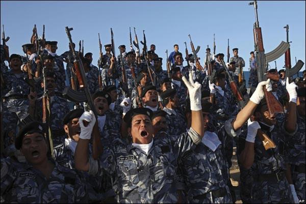 الانسحاب الامريكي من المدن العراقيه بالصور _45989030_iraqcelebrationsoldiers600