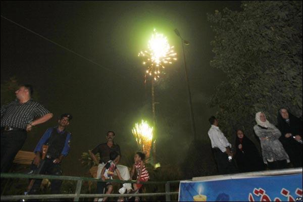 الانسحاب الامريكي من المدن العراقيه بالصور _45989063_iraqfireworks600