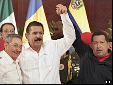 (From left to right): Cuban President Raul Castro, ousted Honduran leader Manuel Zelaya and Venezuelan President Hugo Chavez in Nicaragua. Photo: 29 June 2009