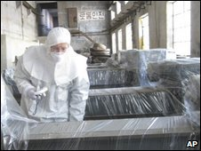 An international researcher examines machinery in North Korea used to process uranium - 14/2/2008