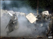 Honduran soldiers clash with supporters of Manuel Zelaya in Tegucigalpa on 29 June 2009