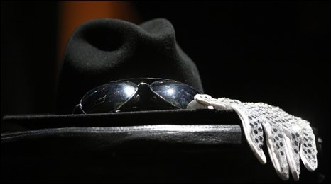 A hat, glove and sunglasses were set up at the Apollo Theater tribute event
