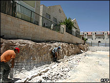 Workers build houses at Adam settlement, West Bank (29.06.09)