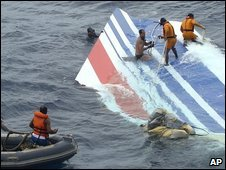 Brazilian military personnel retrieve part of the Air France plane from the Atlantic Ocean (08 June 2009)