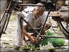 Elderly Chinese man scavenging in the streets, in 2007