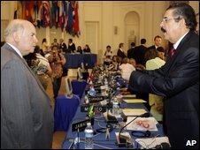 Miguel Insulza (left) meets Manuel Zelaya in Washington, 1 July