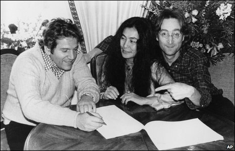 Allen Klein (left) with John Lennon and Yoko Ono in January 1977