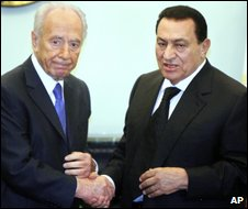Shimon Peres shakes hands with Hosni Mubarak