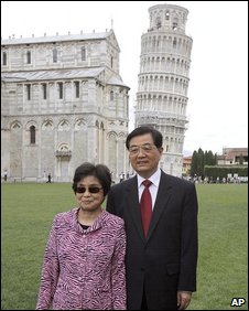Hu Jintao and his wife Liu Yongqing in front of the Leaning Tower of Pisa