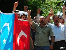 Protesters outside the Chinese consulate in Istanbul, 7 July 2009