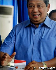 Indonesian President and Democratic Party leader Susilo Bambang Yudhoyono places his vote, 8th July