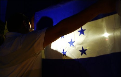 Photo: Claudia Sevilla. Supporters of the new government demonstrate in front of the UN offices