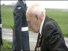 Henry Allingham lays a wreath